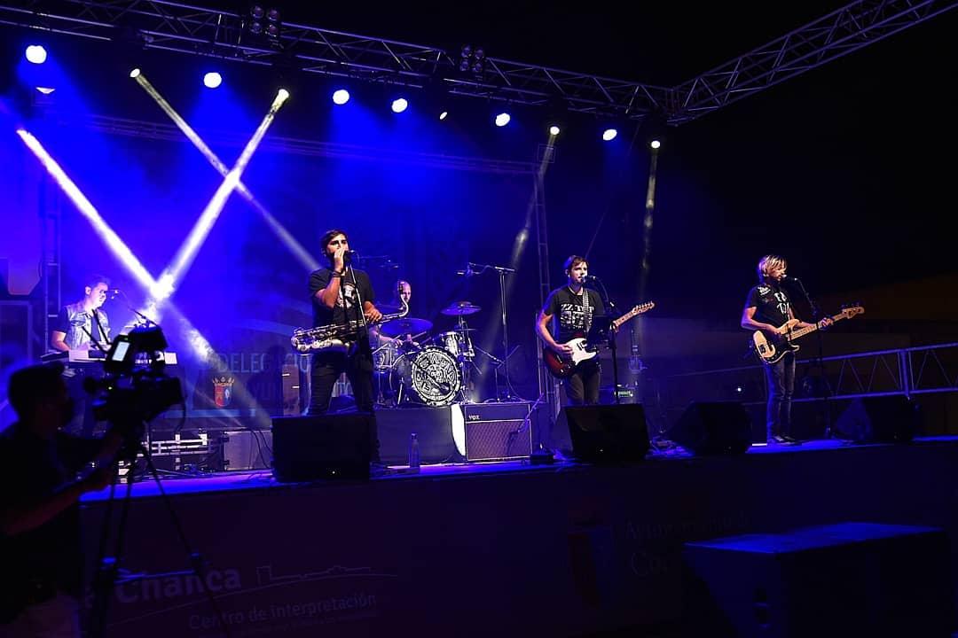 Actuación de Superagente 86 en el chiringuito La Ola Beach