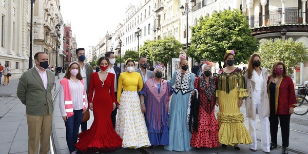 Desfile de moda flamenca en la Avenida de la Constitución